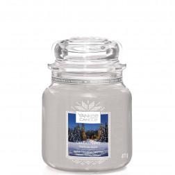 Yankee Candle Candlelit Cabin  Średnia świeca zapachowa Zima